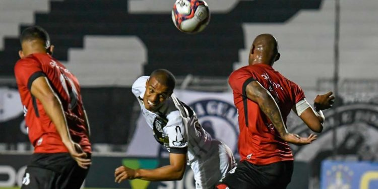 Após várias tentativas, como nesta cabeçada de Lucas Cândido, o gol da vitória pontepretana veio somente aos 44 minutos do segundo tempo. Foto: Ponte Press/Álvaro Jr.