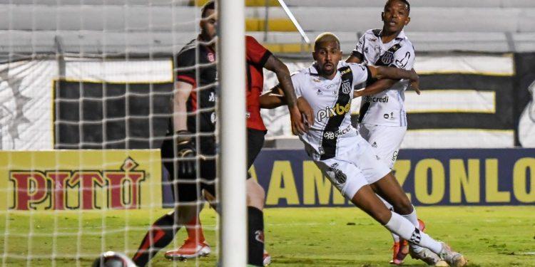 Lance do gol da vitória da Ponte Preta: oportunismo do atacante João Veras. Fotos: Ponte Press/Álvaro Jr.