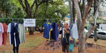Mauro passa todo sábado no Varal Fraterno para escolher o que está precisando: roupa limpa e perfumada - Fotos: Kátia Camargo