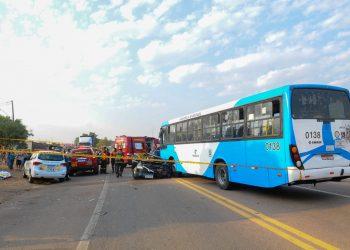 Colisão entre veículo e ônibus foi muito forte: vítima ficou presa entre as ferragens Foto: Wagner de Souza/Divulgação