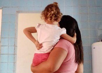 """A estudante de 17 anos junto com a filha: """"Será que quem é mãe não pode trabalhar?""""  - Foto: Arquivo Pessoal"""