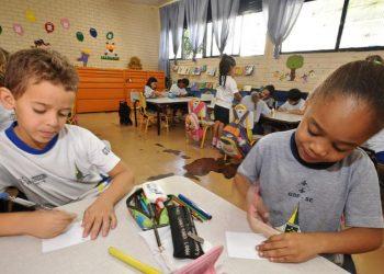 Escolas estão, aos poucos, com o avanço da vacinação no País, retomando as aulas presenciais, ainda que mescladas ao ensino remoto, no chamado ensino híbrido Foto: Agência Brasil/Divulgação