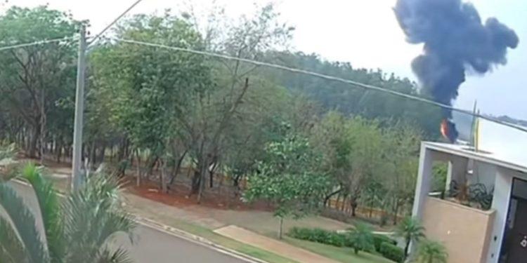 Captura de tela de câmera de segurança de casa vizinha que mostra labaredas após o impacto do avião: tragédia, dor e comoção