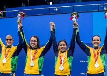 Wendell Belarmino, Douglas Matera, Lucilene Sousa e Carol Santiago comemoram no pódio a prata no revezamento 4x100m livre nos Jogos de Tóquio. Foto: Miriam Jeske/CPB