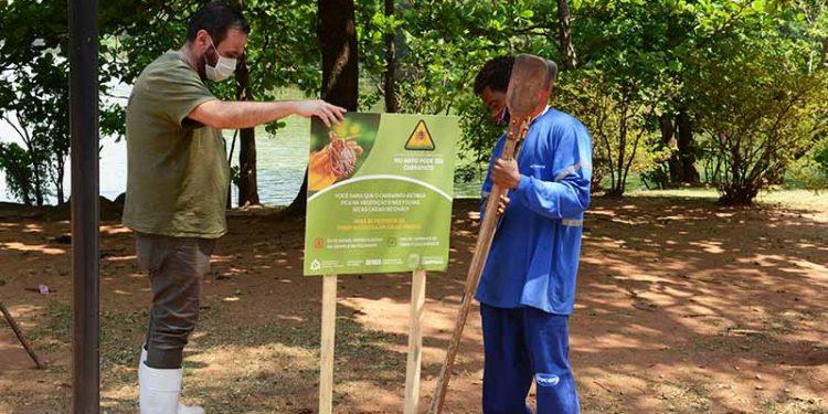 Placa sendo instalada no Parque Portugal: hoje Lago do Café recebe também placas de alerta - Foto: Divulgação