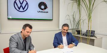 Pablo Di Si, presidente e CEO da Volkswagen América Latina, e Hudson Zanin, professor docente da Unicamp, assinaram o documento. Divulgação VW/Pedro Danthas