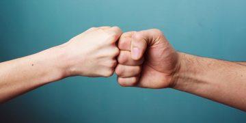 """O """"fist bump"""" é muito usado entre os jovens: leve batida de punhos, cumprimento mais higiênico que o aperto de mãos"""