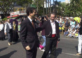 O prefeito Antônio Costa Santos em desfile de 7 de setembro de 2001.  Fotos: Ari Ferreira