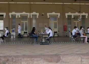 Campineiros são atendidos antes da imunização no Centro Cultural Guanabara: mutirões e adesão da população Foto: Leandro Ferreira/Hora Campinas