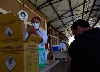 Enfermeira prepara imunizante para ser aplicado no Cis Guanabara, em Campinas: Portugal não reconhece ainda a CoronaVac. Foto: Leandro Ferreira/Hora Campinas