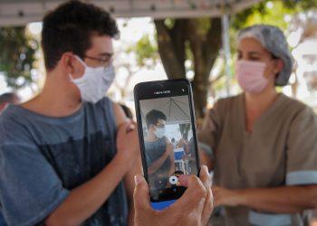 Jovem é imunizado no Distrito Federal: imunização dos adolescentes com a Pfizer continuará normalmente em São Paulo Foto: Breno Esaki/Secretaria de Saúde do DF