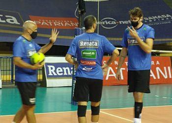 Lucão com o levantamento Gonzáles e o treinador Marcos Pacheco - Foto: Divulgação
