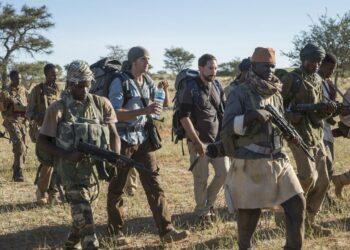 O jornalista Martin (Gustaf Skargård) e o fotógrafo Johan (Matias Varela) em cena de 438 Dias, cercados pelos soldados do exército etíope Fotos: Divulgação
