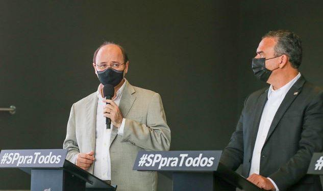 O secretário de Educação, Rossieli Soares (à esquerda) fala durante coletiva desta quarta:  governo anuncia retomada de 100% das aulas presenciais - Foto: Governo de SP