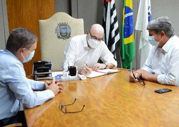 Mais magro, prefeito assina termo de posse na presença de Wanderley de Almeida (à direita) e de Aderval Fernandes Foto: Eduardo Lopes/PMC/Divulgação