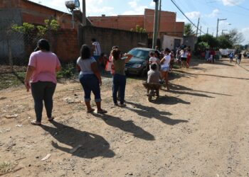 Fila para receber alimentos no Parque Oziel: Estudo mostra que no Brasil 20 milhões de pessoas passam 24 horas ou mais sem comer - Foto: Leandro Ferreira/ Hora Campinas
