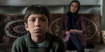 O garoto Amir (Mahan Nasiri) trava verdadeira luta para ficar com a mãe Fotos: Divulgação