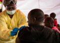 Homem na República Democrática do Congo recebe vacina contra ebola - Foto: Banco Mundial/Vincent Tremeau