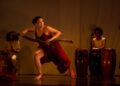 """""""Imalè Inú Ìyágbà – Adnã Ionara"""" mostra a dançarina sendo guiada pelas mãos da escritora mineira Conceição Evaristo. Fotos: Divulgação"""
