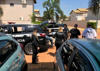 """Policiais do Deic colocam preso na viatura: operação """"Curumins"""" Foto: Divulgação"""