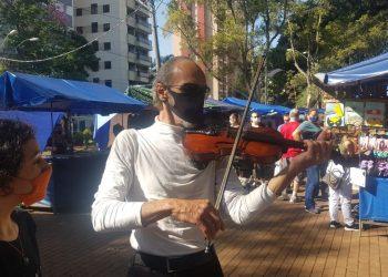Músico toca o seu violino na Feira do Convivência, em cena que sinaliza para tempos melhores e de maior alívio da pandemia Foto: Leandro Ferreira/Hora Campinas