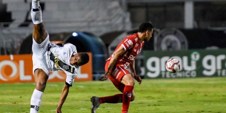 O lance da lesão de Cleylton aconteceu nos primeiros minutos do empate com o Vila Nova. Foto: Ponte Press/Álvaro Jr.