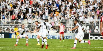 Jogadores da Ponte comemoram gol: Macaca sofre virada  do Náutico no jogo de retorno da torcida - Fotos: Ponte Press/Álvaro Jr.