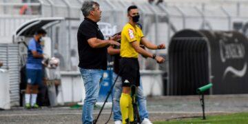 O técnico Gilson Kleina valorizou o empenho da Ponte na tentativa de buscar o empate. Fotos: Ponte Press/Álvaro Jr.
