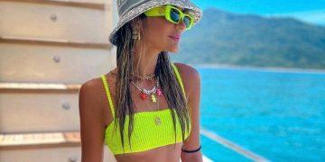 Thássia Naves arasou com seu modelo neon texturizado e seu bucket hat  - Fotos: Divulgação/Reprodução