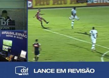 Imagem do pênalti marcado contra a Ponte, sendo revisada pela equipe do VAR. Reprodução SporTV